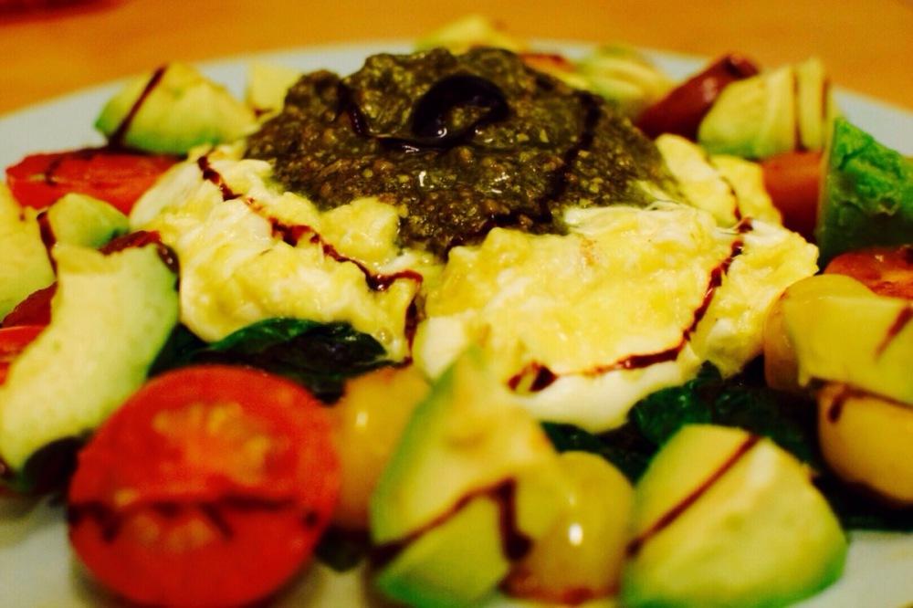 caprese-scrambled-eggs